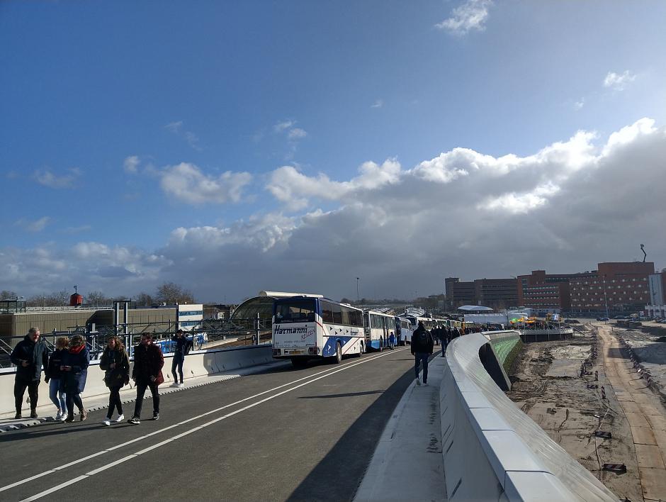 Nieuwe busstation en busbrug in Zwolle feestelijk geopend